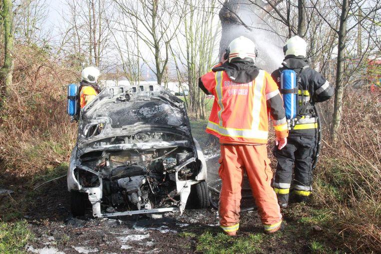 Langs de Murissonstraat in Rekkem brandde gisterennamiddag een auto volledig uit.