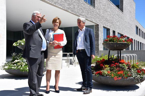 Directeur Catherine De Bolle van Europol, burgemeester van Koksijde Marc Vanden Bussche (Open Vld) en korpschef Nicholas Paelinck.