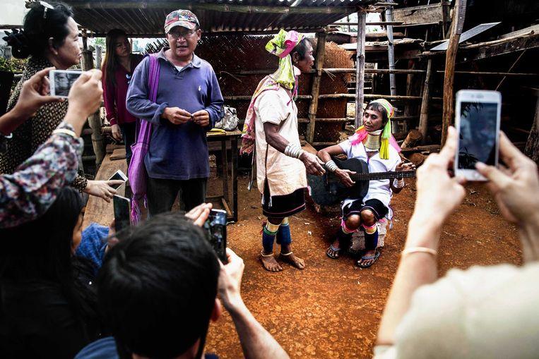 Pascal Khoo Thwe leidt de groep Birmese touroperators rond in Pan Pet. De vraag: is dit dorp interessant voor binnenlandse toeristen? Beeld Aurélie Geurts
