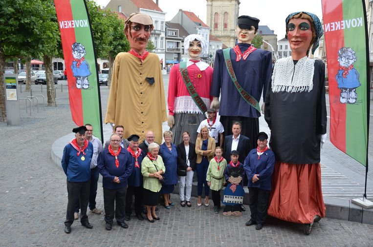 Het comité van Kovekenskermis met de reuzen Huub en Bo (uiterst links en uiterst rechts). Ze werden 'geadopteerd' door twee andere reuzen: Jacobus en Jacoba van Kerckhove (midden).
