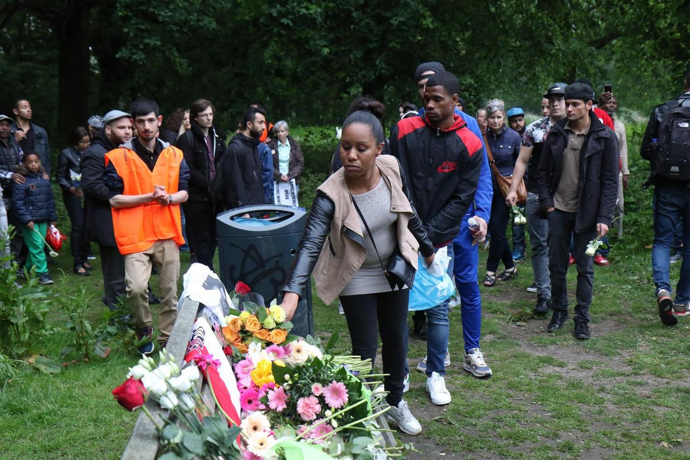Op een bankje in het Beatrixpark worden bloemen neergelegd voor Mitchel.