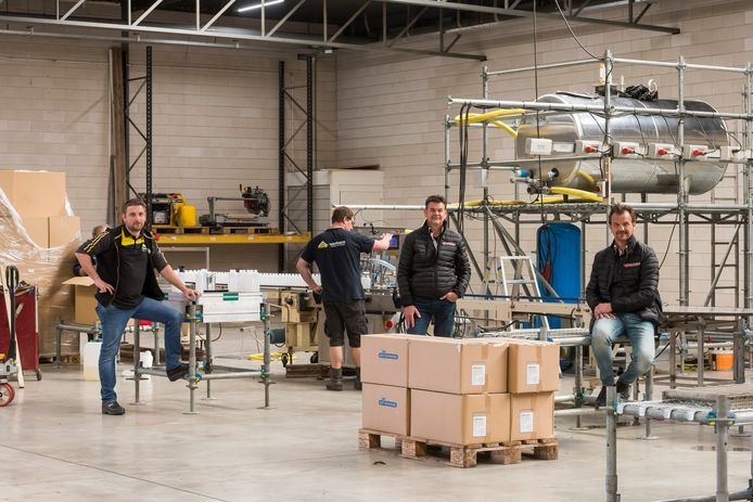 De Bladelse ondernemers Martijn van den Broek, Jan-Bart Put en Bas Put (van links naar rechts) zijn klaar voor de productie van hun desinfectiemiddel.