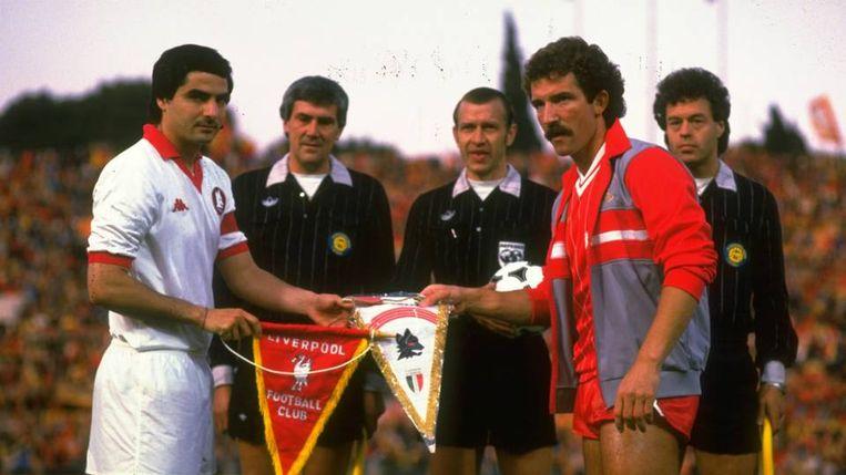 Agostino Di Bartolomei (links) schudt Liverpool-aanvoerder Graeme Souness de hand.