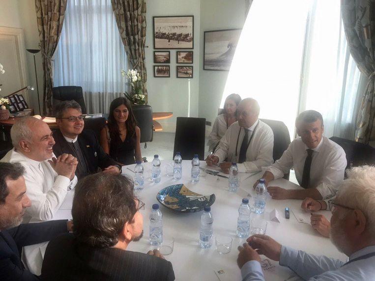 Iraans minister Mohammad Javad Zarif (links met het witte hemd) werd gisteren ontvangen door Frans president Emmanuel Macron (rechts met het witte hemd) en enkele Franse ministers.
