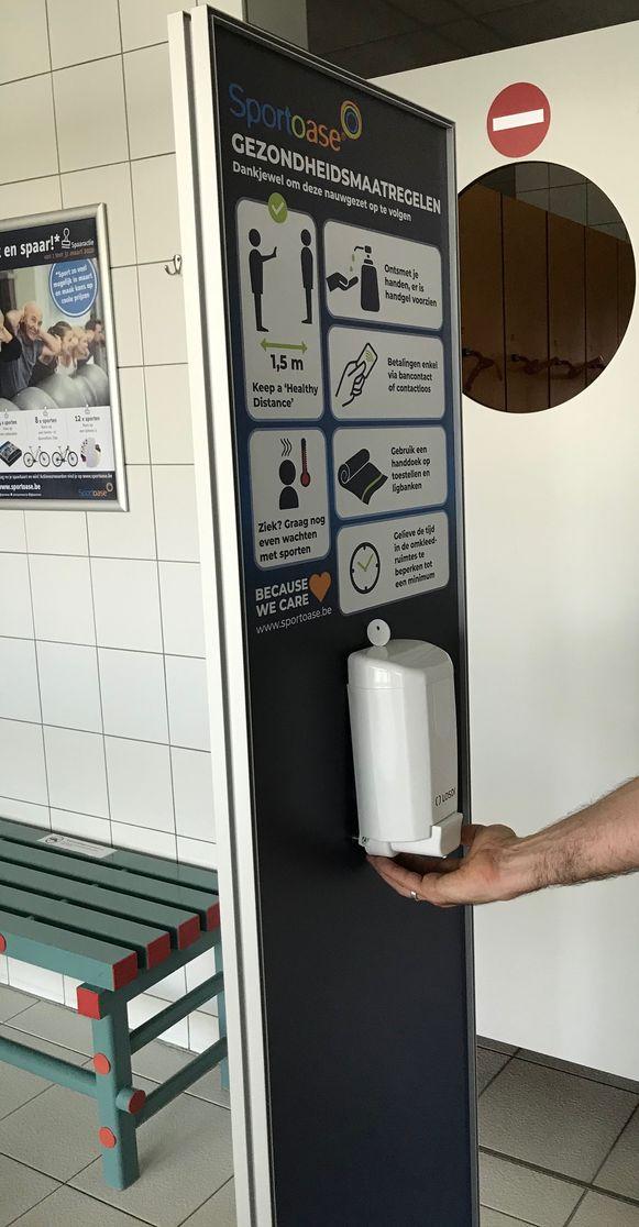In alle gebouwen van Sportoase hangen tientallen dispensers met handgel.