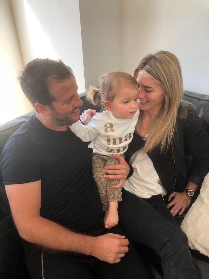 Estavana Polman en Rafael van der Vaart, thuis op de bank in Esbjerg met hun dochter Jesslynn.
