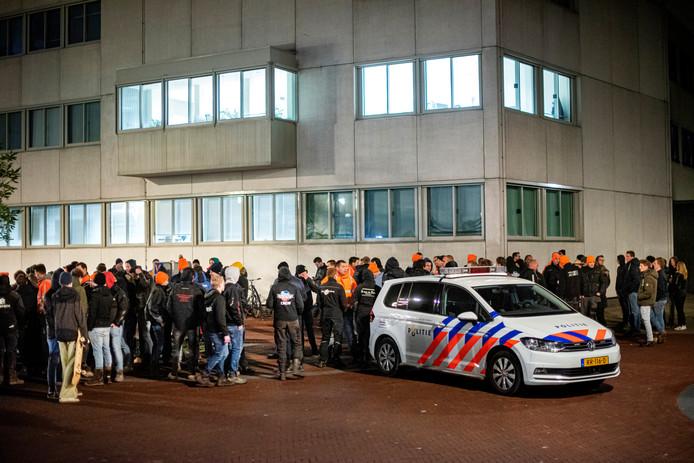 De demonstratie van bouwers en boeren bij het politiebureau in Arnhem.