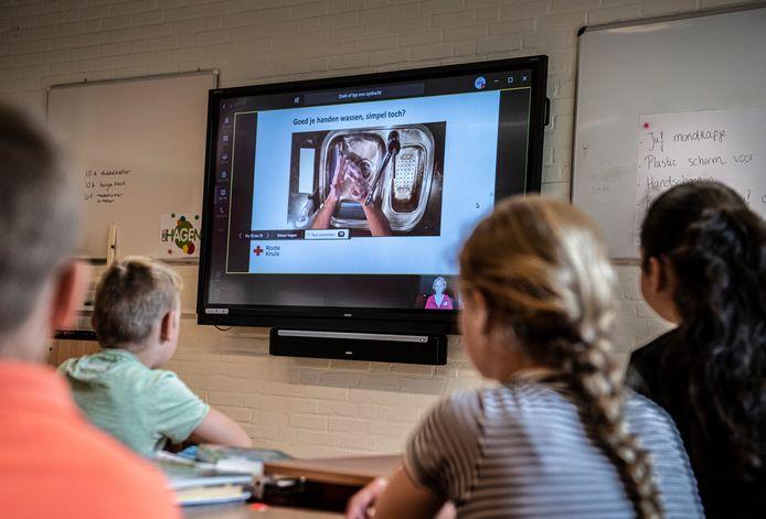 Groep 7 van OBS De Hagen in Doetinchem krijgt les in hygiëne.