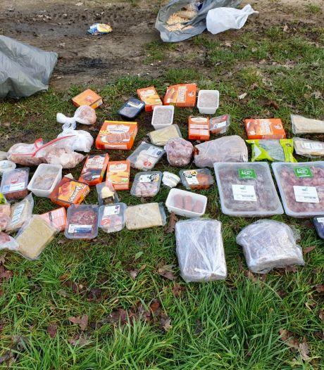 60(!) kilo frikandellen, shoarmavlees, hamburgers en kroketten gedumpt in de berm