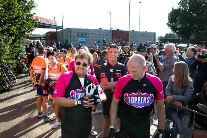 De tour der ongeschoren benen in Lierop: René Froger links en midden achter hem Steven Rooks.