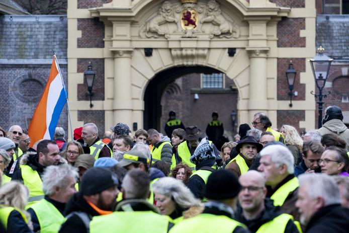 Mensen in gele hesjes betogen op het Plein in Den Haag.