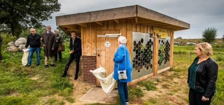 Henny Kuiphuis opent postuum nieuwe bijenstal  in Bornerbroek