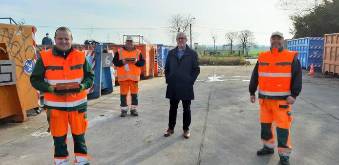 Schepen van Afvalbeleid Paul Defranc (CD&V) trakteert de parkwachters op het recyclagepark van Sint-Pieters-Leeuw.