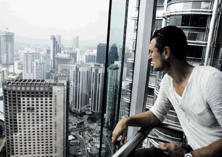 De presentatoren van ¿3 op Reis¿: Floortje ¿Air Miles¿ Dessing in Saoedi-Arabië en Sebastiaan Labrie in Kuala Lumpur, de hoofdstad van Maleisië. (Llink) Beeld