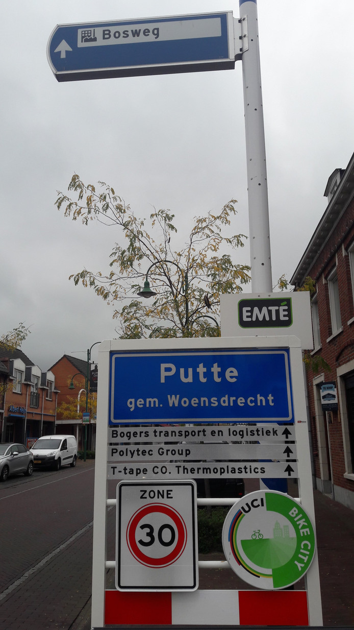 Bij de Belgisch-Nederlandse grens in Putte is woensdagmorgen een nieuw kombord geplaatst met een doorverwijzing voor vrachtwagenchauffeurs naar het bedrijf Polytec aan de Bosweg. Dat moet de verkeershinder in de Grensstraat terugdringen.
