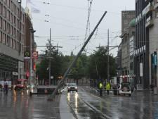 Geen tramverkeer via Spui mogelijk nadat vrachtwagen tegen htm-paal rijdt: Op bovenleiding staat 600 volt