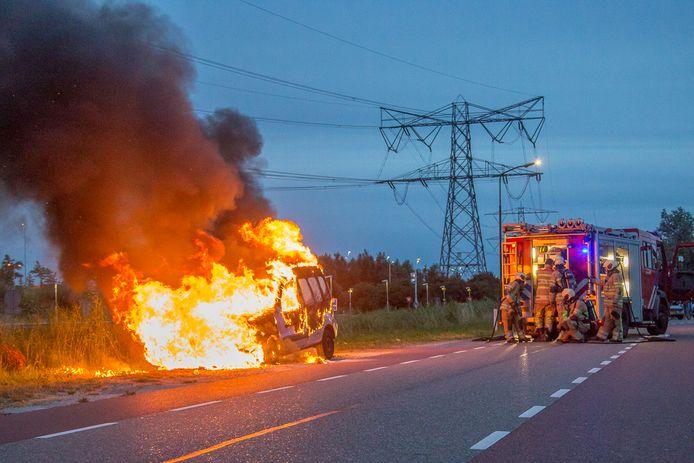 De auto brandde volledig uit