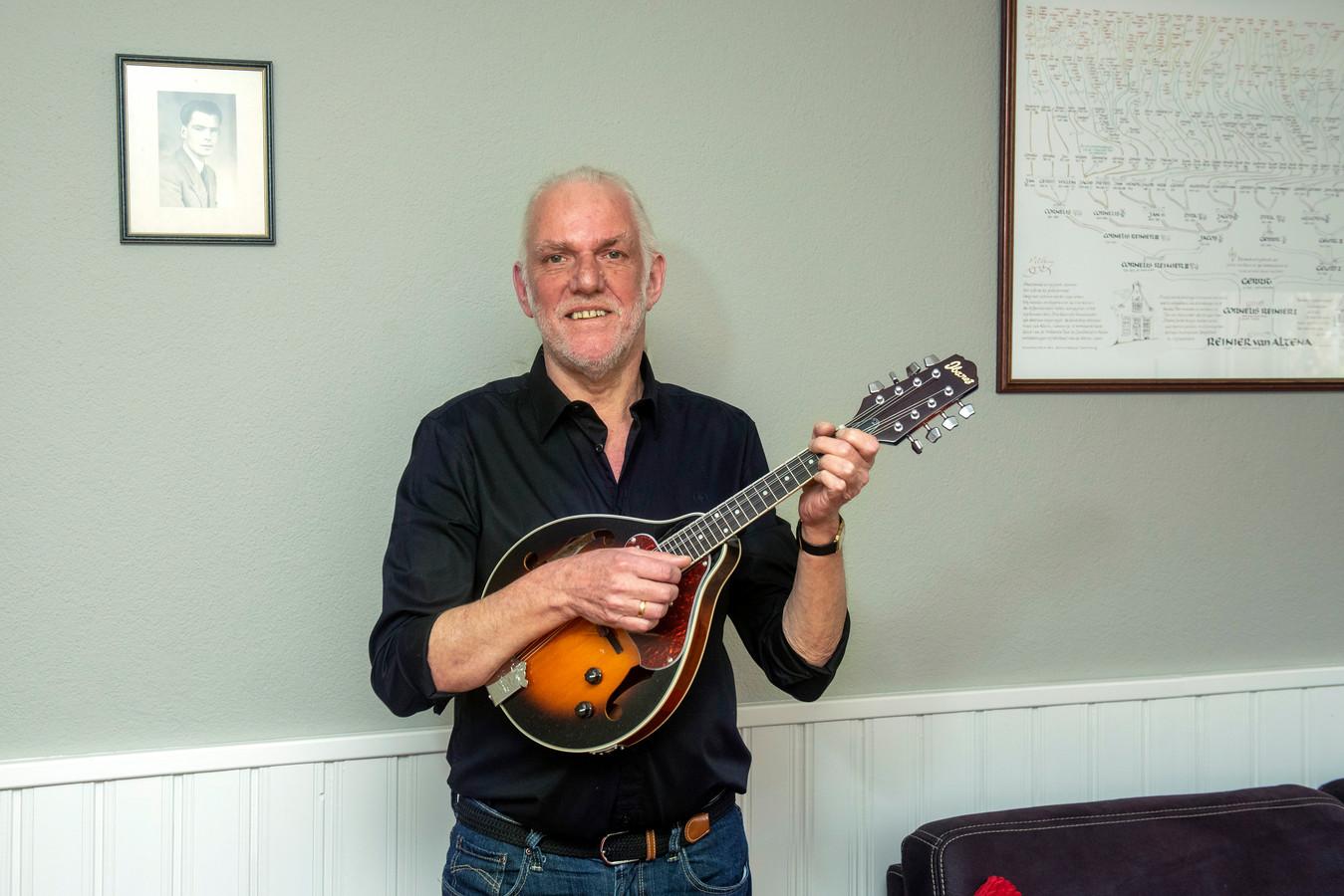""",,Dat kan ik ook!, ging door me heen toen ik een tijdje geleden iemand zag tokkelen op een mandoline. Ik besloot er een te kopen. Deze mandoline is pas nieuw."""""""