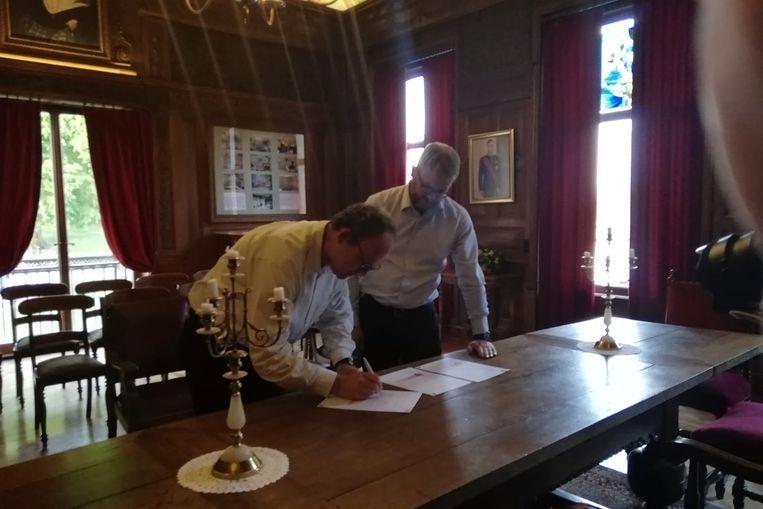 Burgemeester Dimitri Van Laere en de afdelingsvoorzitter van het Rode Kruis Bazel-Kruibeke-Rupelmonde Tom Hauman ondertekenden de samenwerkingsovereenkomst.