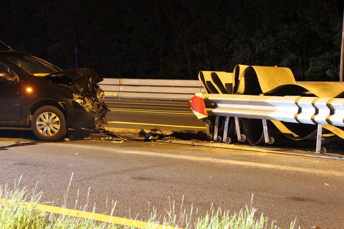 Eén van de ongelukken bij de afslag Holten op de A1. Deze bestuurder moest in de nacht van 22 juli per ambulance naar het ziekenhuis.