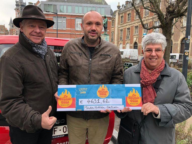 De Minder Mobielen Centrale Leuven kreeg een mooie cheque. Foto rv