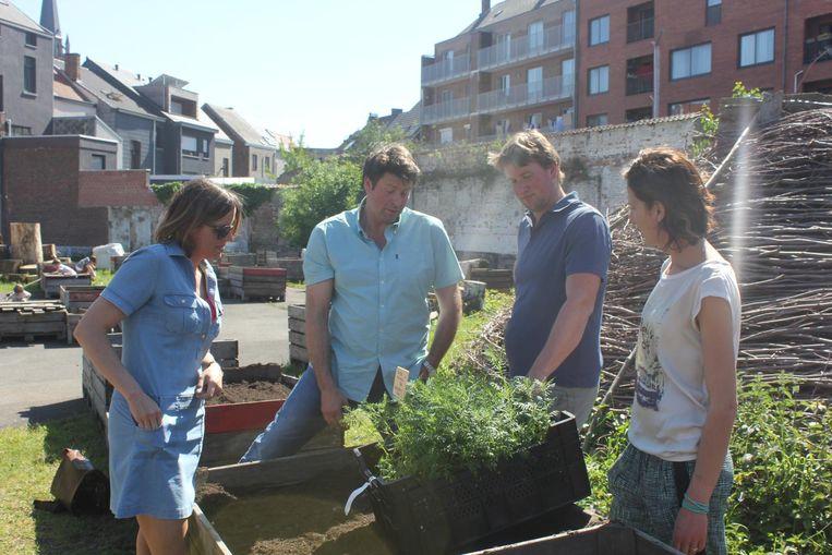 Wim Lybaert geeft tuintips aan schepen Smeyers, Joachim Rummens en Stefanie Albers van Streekmotor 23.