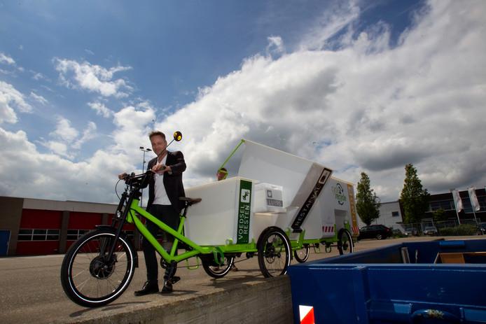 Wethouder Paul van Liempd met de Waalrese afvalfiets voordat het duurzaamheidsproject van start ging.