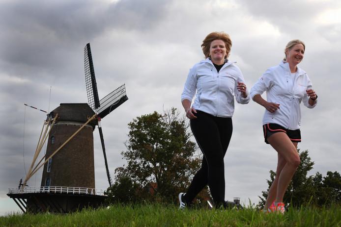 Patricia Schuur (korte broek) en Ria Sprang van de Wijkse Dijkenloop zijn blij met de Belgische gasten.