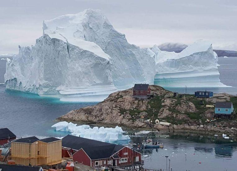 De ijsberg bedreigt het stadje Innaarsuit  Beeld REUTERS