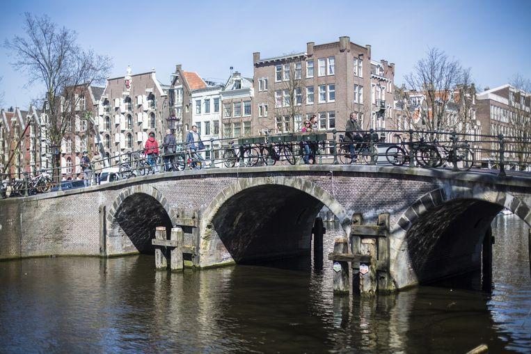 Net een ansichtkaart: de brug op de hoek bij de Noordermarkt. Beeld Eva Plevier