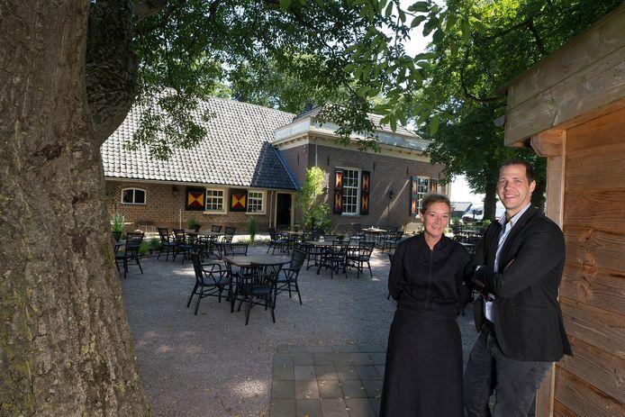 Michel Vos en Marjo Out bij het terras van het Wapen van Heeckeren.
