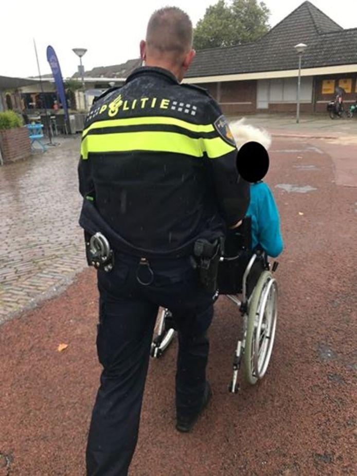 De dame werd door de agenten naar de kapsalon in het Citycentrum gebracht.