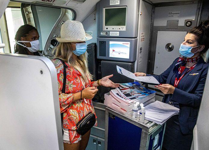 Passagiers stappen aan boord van een vliegtuig van Corendon naar Bulgarije, afgelopen vrijdag.