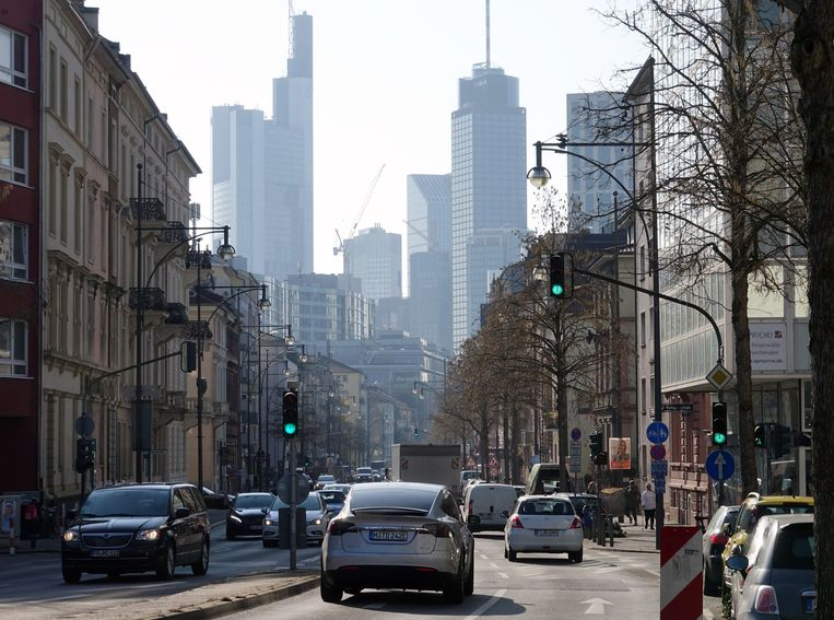 Verkeer in de binnenstad van Frankfurt. Beeld EPA