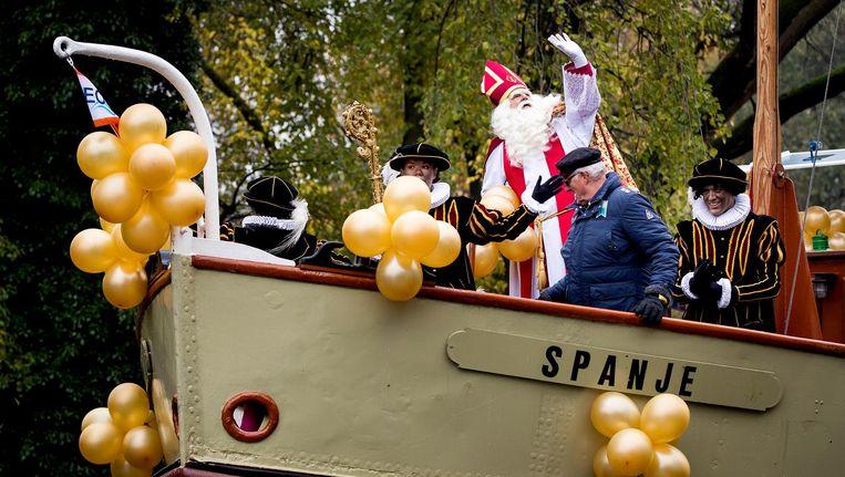 Sinterklaas op de boot tijdens de intocht in Amsterdam. Beeld anp