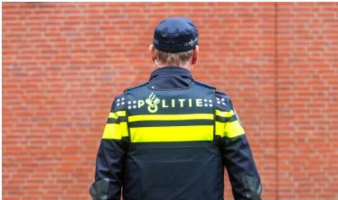 Een politievrijwilliger in zijn uniform.