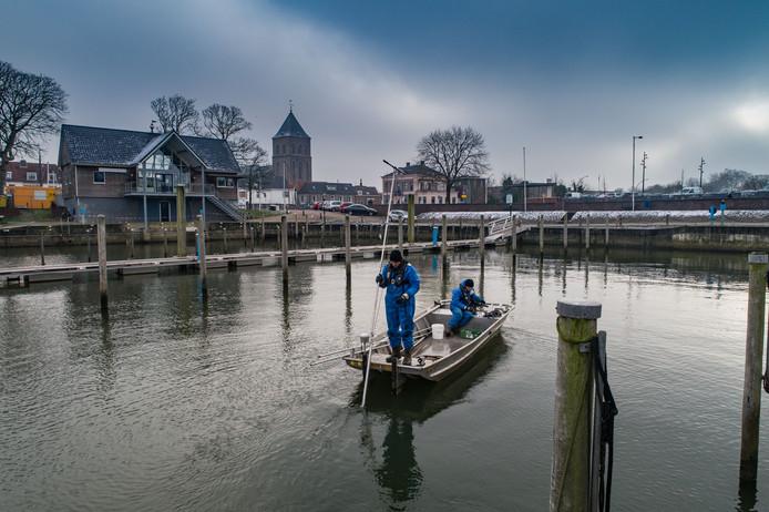 Voor de derde keer wordt aanvullend bodemonderzoek gedaan in de Nieuwe Buitenhaven in Kampen. Vanuit een bootje worden monsters genomen. Dit is nodig om de mate van vervuiling nog beter in kaart te brengen.