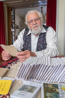 De 80-jarige Sibren Timmers schrijft, drukt én bezorgt vijftig boekjes per week