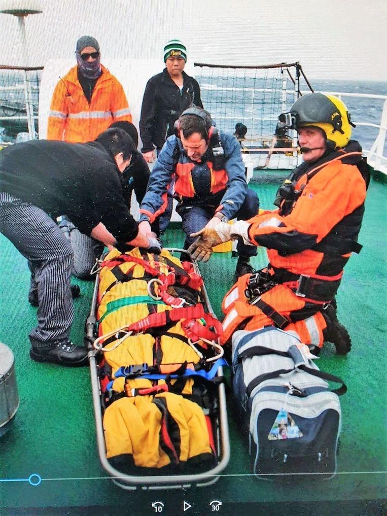 De vrouw werd op een brancard gelegd om zo door de helikopter opgepikt te worden.