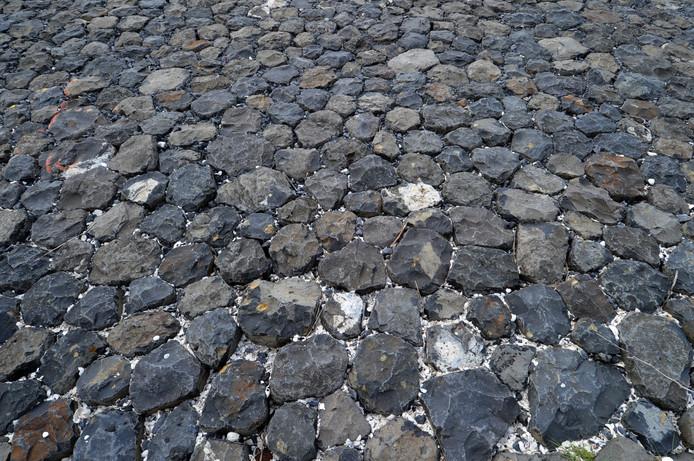 Minder stenen aan de oevers van de Maas.