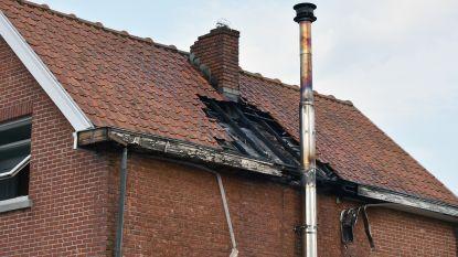 Gat in dak na schouwbrand