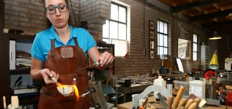 Chantal schrijft een beetje geschiedenis in haar Woerkumse atelier