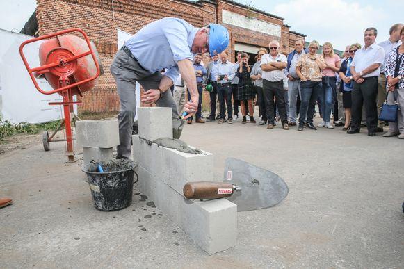 Burgemeester Yves Deswaene in actie.