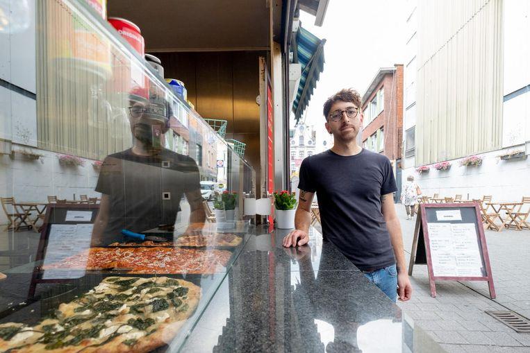 Walter Marantino aan zijn pizzeria.