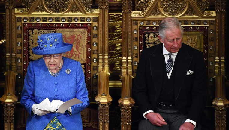 Koningin Elizabeth leest de troonrede. Prins Charles luistert. Beeld getty