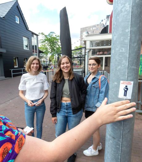 Vier Edese meiden voeren actie voor aankleedkussens op de mannen-wc