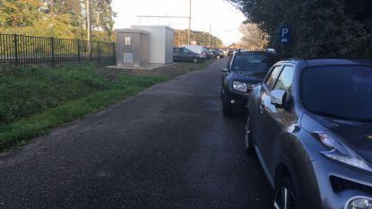 Kleinere stations kampen meer en meer met plaatsgebrek: Betalend parkeren zorgt voor uitwijkmentaliteit bij pendelaars