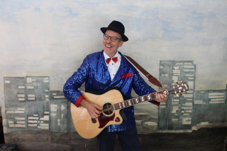 Karel Declercq met gitaar in de aanslag en met gepaste outfit om zich aan zijn nieuwste show 'De Keurschlager' te wagen.