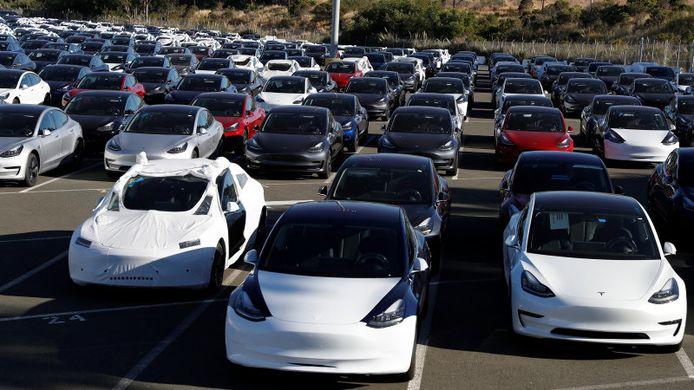 Een parkeerplaats vol Tesla's Model 3 klaar voor transport.