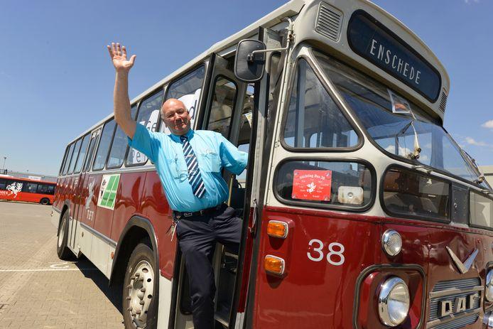 Gerard Oude Munnink neemt na jaren afscheid als buschauffeur.